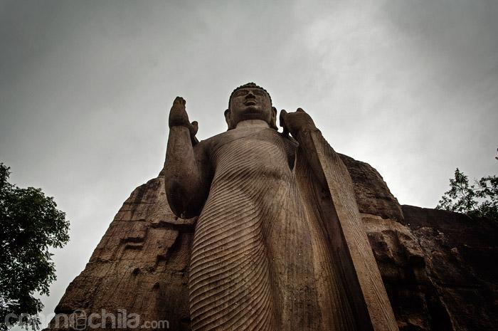 Un contrapicado a la bruto para ver lo grande que es este Buda