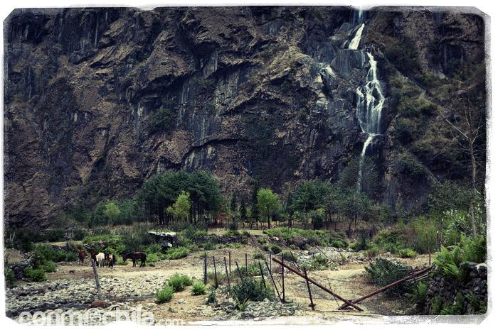 La catarata que sale de la montaña