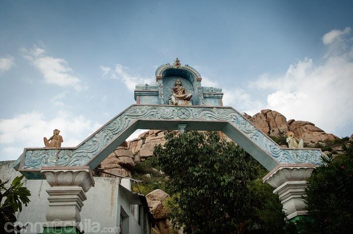 Entrada al camino que lleva al templo