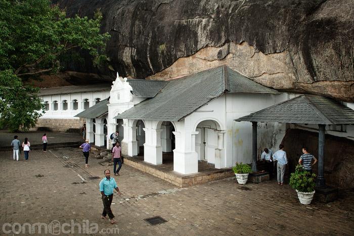 Otra vista de la fachada de las cuevas