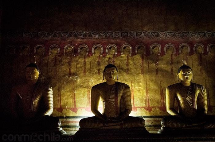Imágenes de Buda sentado y detalle del mural de la pared