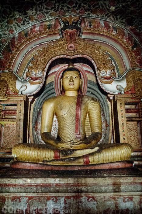 El Buda sentado con el arco diseño de dragón