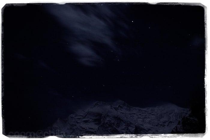 El Annapurna II iluminado con la luz de la luna llena