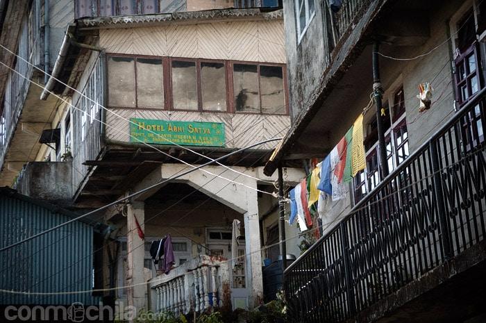 Fachada del pequeño Hotel Abhi Satya
