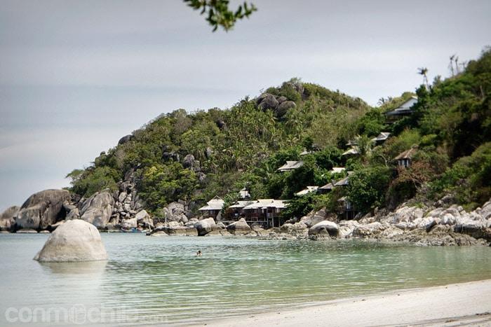 Los bungalows encaramados en la montaña vistos desde la playa de Thian Og bay