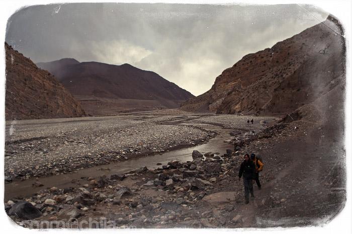 Continua la caminta, esta vez por el cauce de un río