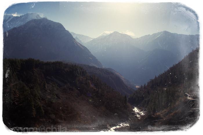 Vistas del río entre montañas