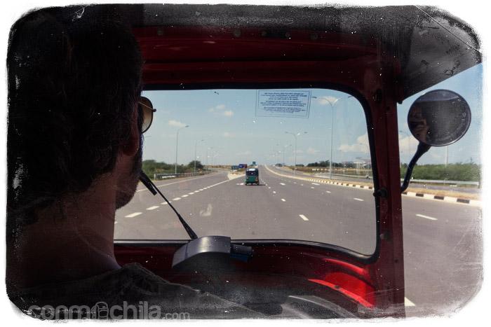 Yendo a Tangalle por la autopista (y con tuk-tuk)