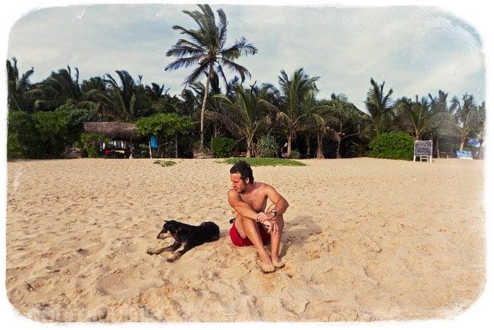 Toni tomando el sol con su amigo