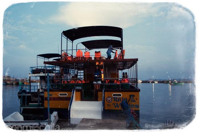 Tomando un café en el barco de Raja & the Wales