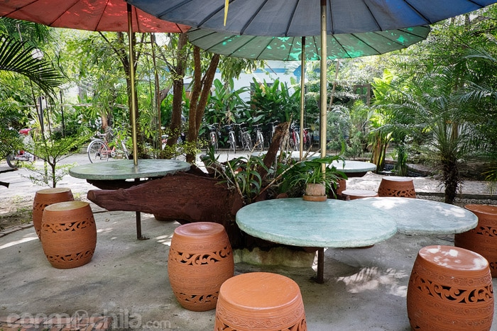 Mesas en el jardín para desayunar o tomarte una cerveza
