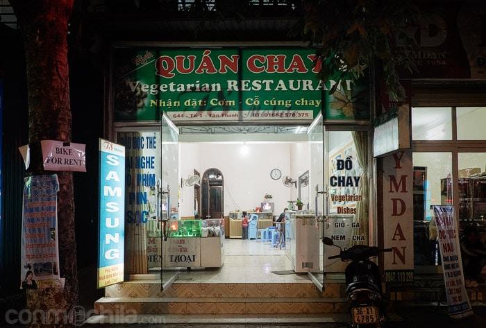 La entrada del restaurante vegetariano Yen Ninh