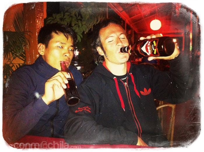 Yam y Toni en el restaurante de Pokhara