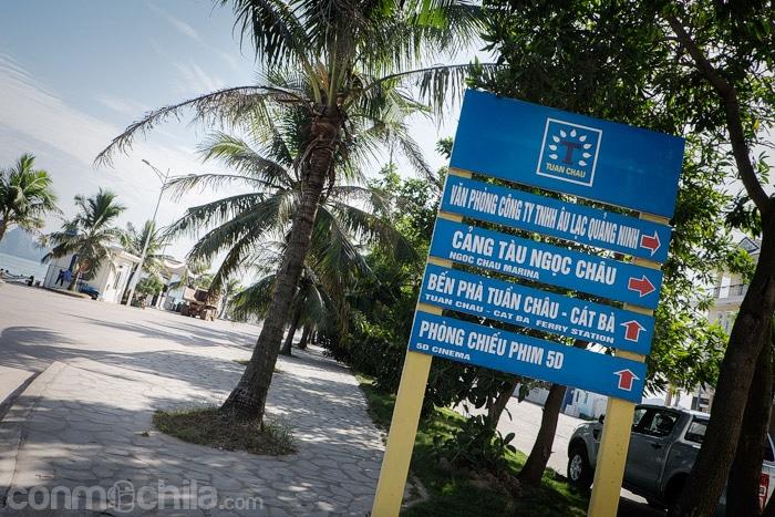 Cartel con información del ferry en el puerto