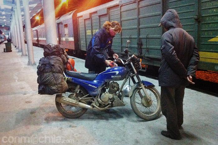 La moto descargada en la estación de Hanoi