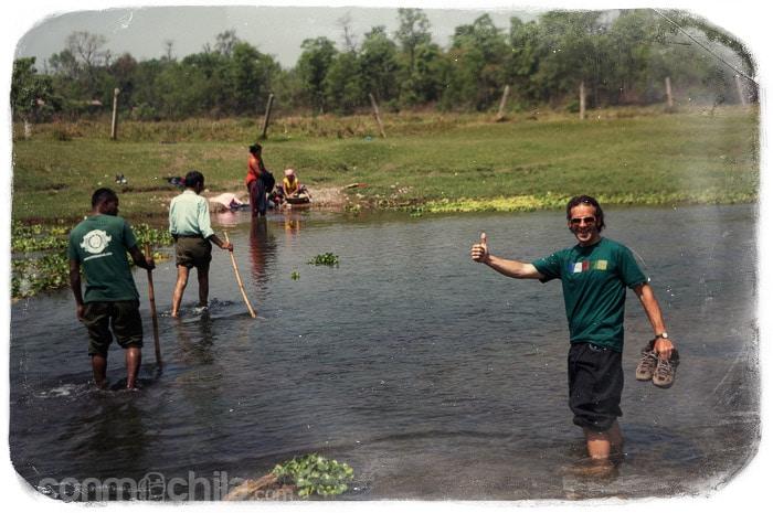 Cruzando un pequeño río en nuestro safari a pie