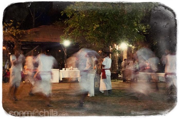 Las danzas tradicionales en el jardín del hotel