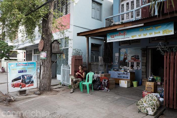 Esperando al bus en Mandalay