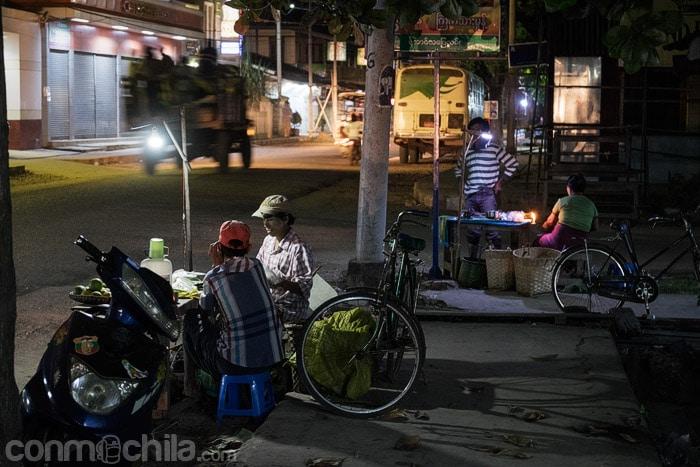 Puesto callejero en Hsipaw