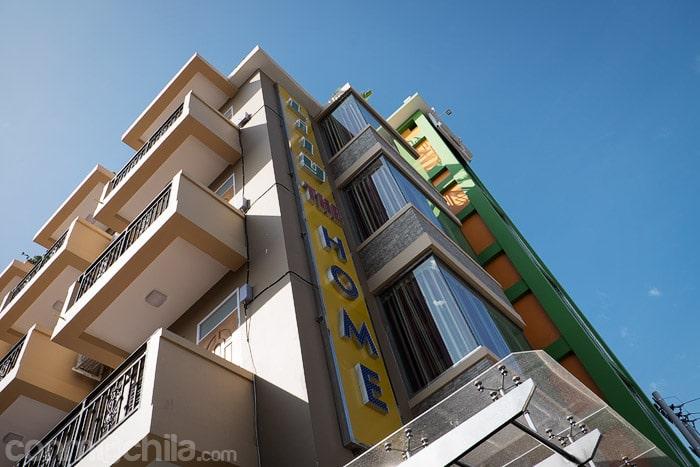 La fachada del hostal con el ascensor panorámico de Lily the home