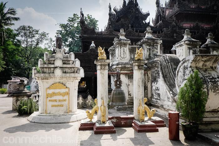 Señal de piedra con el nombre del monasterio