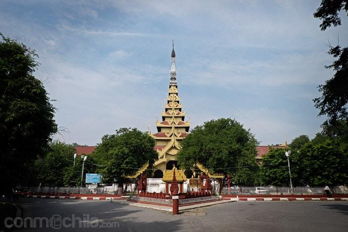 Entrada a la zona del palacio real de Mandalay
