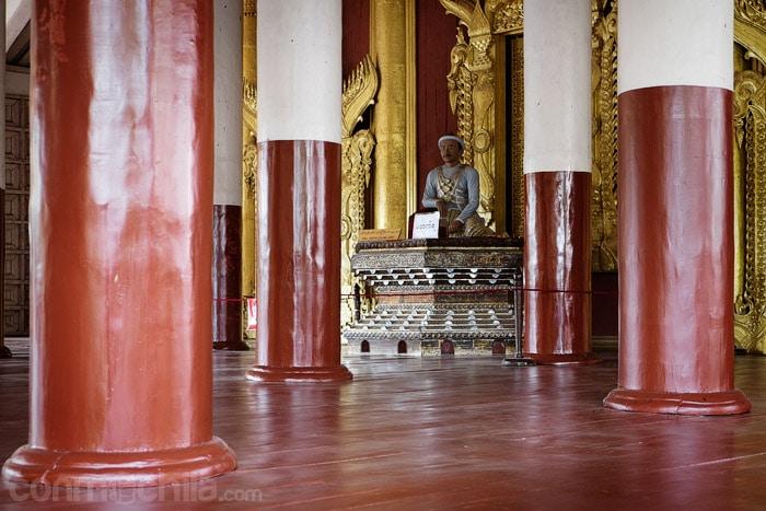 Estatua del rey Mindon en el edificio principal