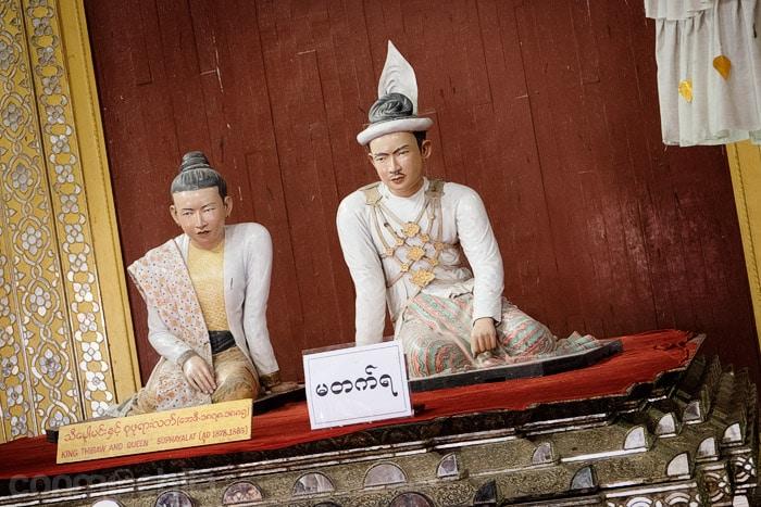 Escultura del rey Thibaw y la reina Su Pa Ya Latt