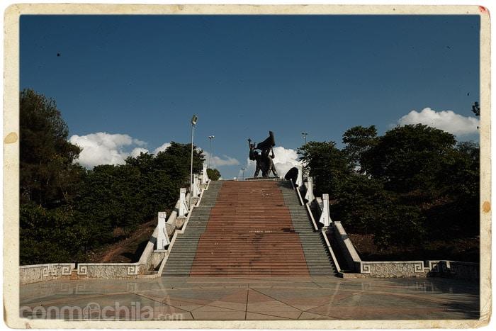 Subiendo las escaleras hasta el monumento