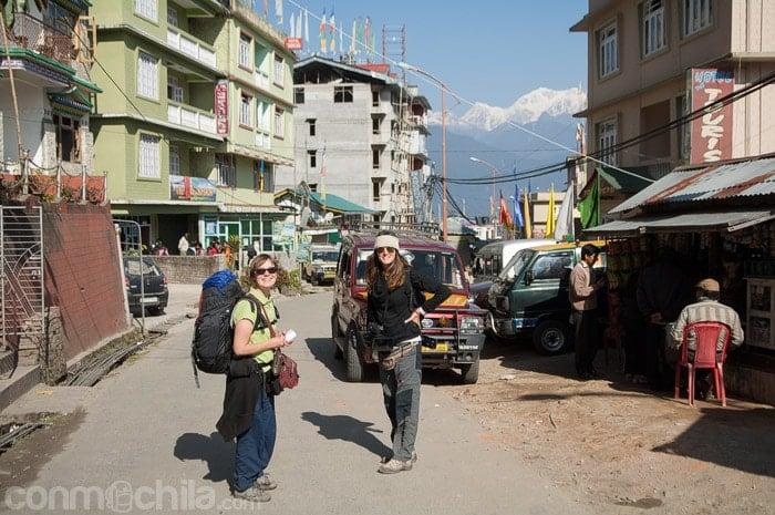 Comienzo del trekking con Pauline y el Kanchenjunga de fondo