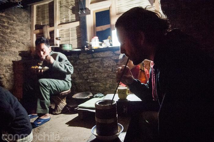 Toni con la cerveza de bambú