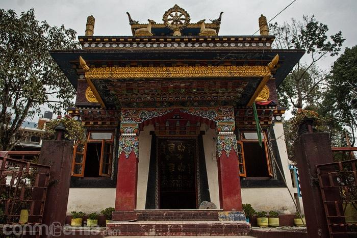 Templo de camino al lago
