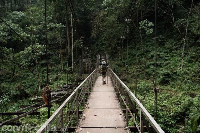 Toni cruzando un puente