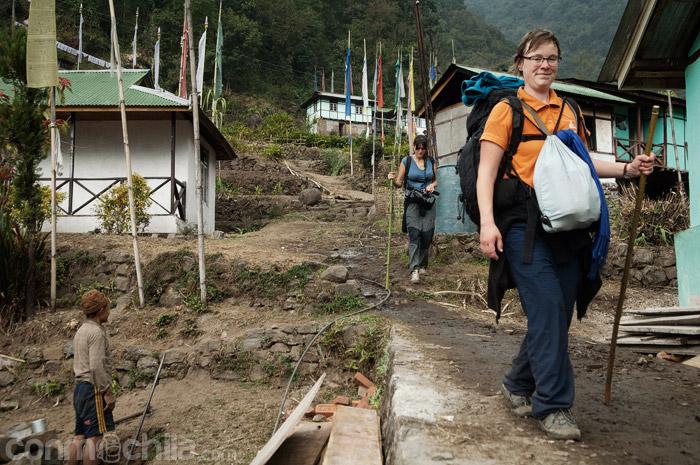 Cruzando el poblado yendo hacia la carretera