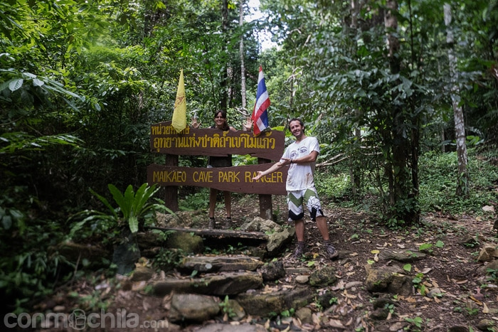 La foto de rigor con la señal de las cuevas Khao Mai Kaew