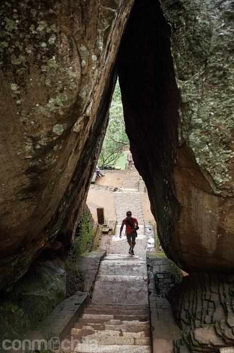 Cruzando entre rocas