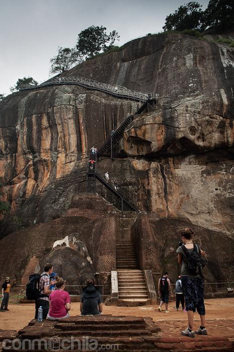 La escalera de acceso entre las garras del león
