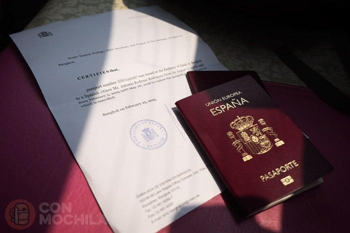 El pasaporte nuevo con el justificante de la embajada