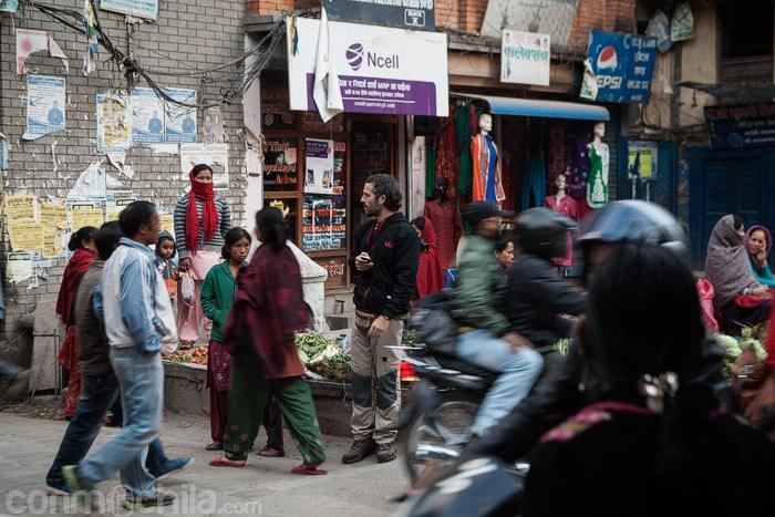 Saliendo de la tienda donde compramos la tarjeta SIM con internet en Nepal