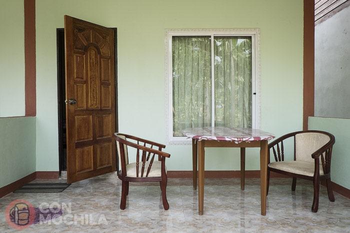 La terracita con el escueto mobiliario