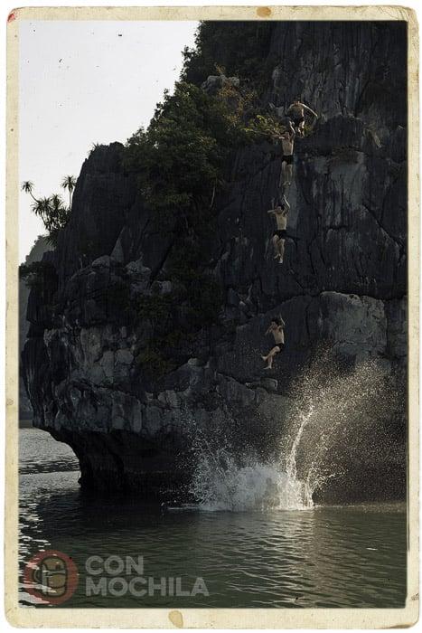 El colega de Malasia saltando
