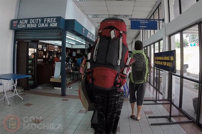 Llegando a la zona de inmigración de Malasia