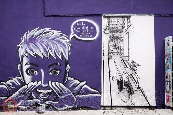 Otra escultua junto a un graffiti