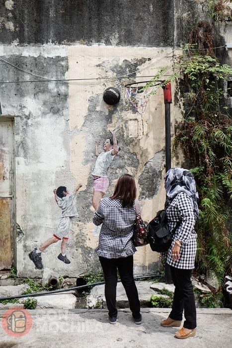 Niños jugando a basket