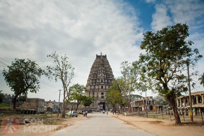 La calle Hampi Bazar con el templo al fondo