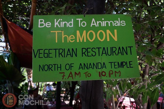 Cartel en la entrada al The Moon vegetarian restaurant