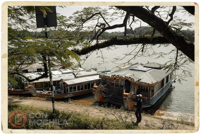 Barcas para turistas en el río