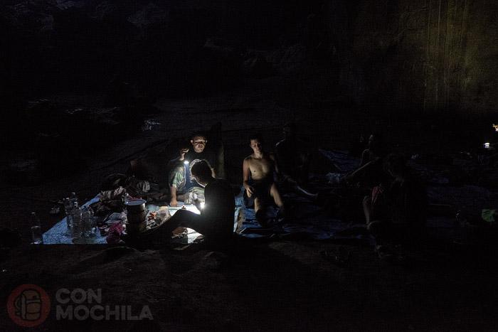 Cenando en el interior de la cueva