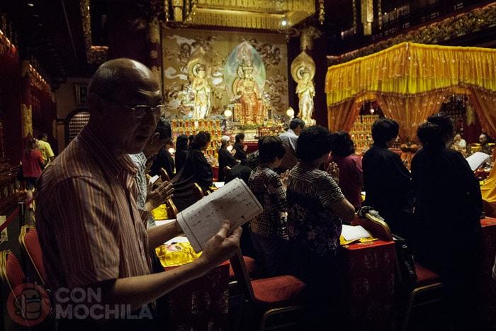 Detalle de los budistas rezando