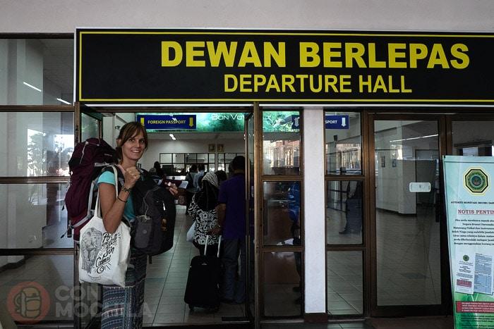Oficina donde nos sellan la salida de Brunéi